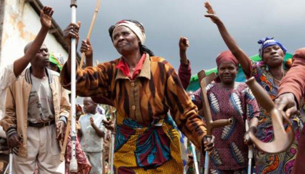 regugee women in DRC dancing andré thiel medium